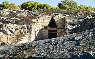 Oρισμένες πηγές ενημέρωσης αναφέρουν ότι η φωτιά ξέσπασε σε χαράδρα με ελαιόδεντρα σε απόσταση περίπου 800 μέτρων από το κάστρο των Μυκηνών (φωτ. INTIME NEWS).