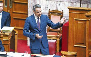 Ο πρωθυπουργός Κυρ. Μητσοτάκης αναμένεται να τονίσει από το βήμα της Βουλής πως αποκλείεται η χώρα να πάει σε δεύτερο καθολικό lockdown, καθώς κάτι τέτοιο δεν το αντέχει η οικονομία (φωτ. ΣΤΕΦΑΝΟΥ ΣΤΕΛΙΟΣ).