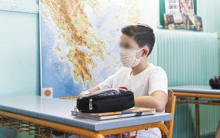 Η χρήση της μάσκας καθίσταται υποχρεωτική σε όλους τους εσωτερικούς χώρους, και στους εξωτερικούς όπου υπάρχει συγχρωτισμός, καθώς και στα μέσα μεταφοράς μαθητών, ενώ θα δοθεί ιδιαίτερη έμφαση στην εκπαίδευση στη χρήση μάσκας από το νηπιαγωγείο έως και τη Γ΄ Δημοτικού (φωτ. INTIME NEWS).