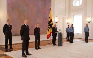 Ο Γερμανός πρόεδρος Φρανκ Βάλτερ Σταϊνμάγερ υπεραμύνεται της δημοκρατίας στη χώρα καλώντας τους πολίτες να μη συμπορεύονται με την Ακροδεξιά. Τον περιστοιχίζουν ορισμένοι από τους αστυνομικούς οι οποίοι προστάτευσαν το Σάββατο το κτίριο της Βουλής στο Βερολίνο από διαδηλωτές που αντιτίθενται στα περιοριστικά μέτρα κατά της πανδημίας.