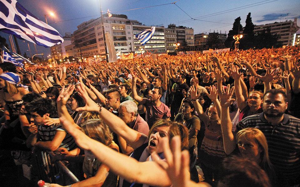 Συγκέντρωση «αγανακτισμένων» στην πλατεία Συντάγματος, τον Ιούνιο του 2011. Η Λούκα Κατσέλη αποδίδει ιδιαίτερες ευθύνες για το βάθεμα της ελληνικής κρίσης και στη στάση της Ευρωζώνης, λόγω της προβληματικώς δομημένης –στη βάση της «Συνθήκης του Μάαστριχτ»– αρχιτεκτονικής της. Φωτ. A.P.
