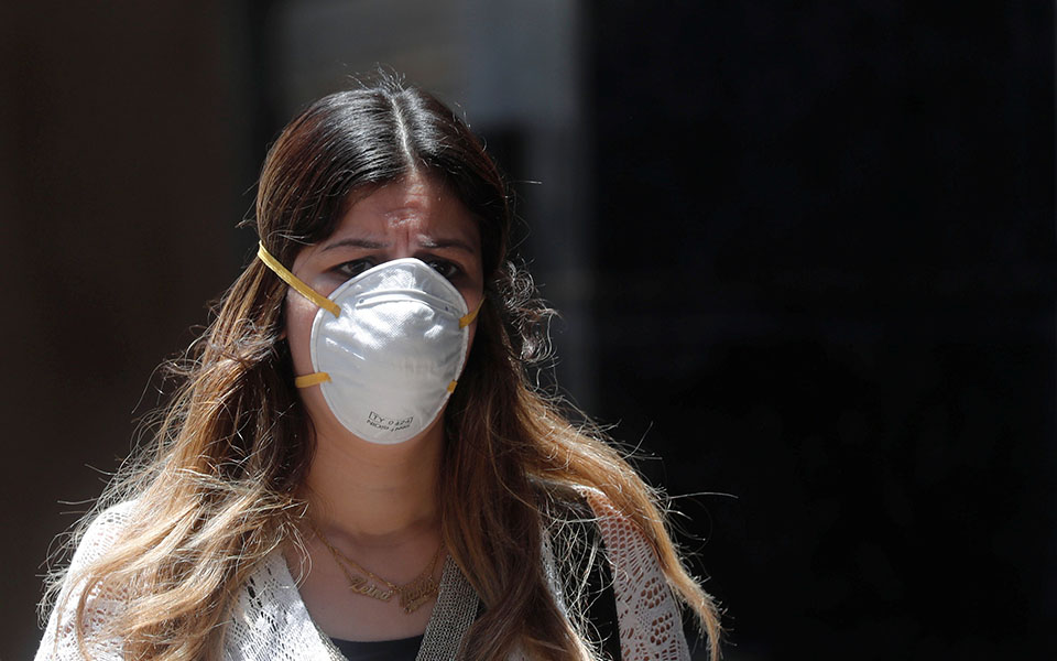 A woman wearing a protective face mask  to prevent the spread of the  coronavirus disease (COVID-19) walks in downtown Cairo, after Egypt's government made wearing masks mandatory in public places and public transport, in Cairo, Egypt May 31, 2020. REUTERS/Amr Abdallah Dalsh