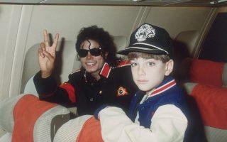 Το ντοκιμαντέρ «Leaving Neverland» δίνει τον λόγο στα παιδιά που βρέθηκαν δίπλα στον Μάικλ Τζάκσον και μιλούν για όσα βίωσαν.