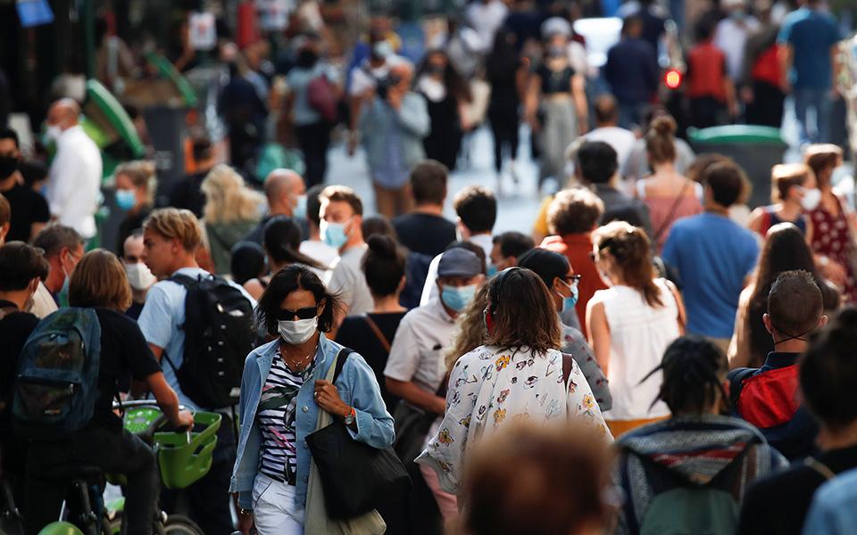 Μεταξύ των μέτρων που αναμένεται να εφαρμοστούν στη γαλλική πρωτεύουσα είναι η απαγόρευση των δημόσιων συναθροίσεων άνω των 10 ατόμων (φωτ. Reuters).