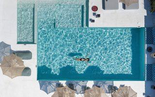 Η πισίνα του Koukoumi Hotel, από πατητή τσιμεντοκονία και μωσαϊκό. © Stavros Habakis