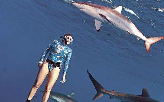 Η Κατερίνα Τοπούζογλου κολυμπά ανάμεσα σε καρχαρίες.