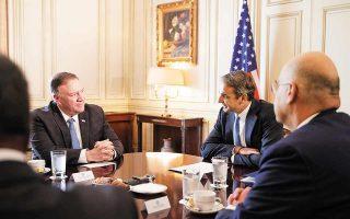 Kατά την επίσκεψή του στην Ελλάδα ο Αμερικανός ΥΠΕΞ αναμένεται να βρεθεί και στη βάση της Σούδας (στη φωτ. ο κ. Πομπέο συνομιλεί με τον πρωθυπουργό Κυριάκο Μητσοτάκη υπό το βλέμμα του Ελληνα ΥΠΕΞ Νίκου Δένδια, κατά την προηγούμενη επίσκεψή του στην Αθήνα, τον Οκτώβριο του 2019). Φωτ. ΑΠΕ-ΜΠΕ/ΓΡΑΦΕΙΟ ΤΥΠΟΥ ΠΡΩΘΥΠΟΥΡΓΟΥ/ΔΗΜΗΤΡΗΣ ΠΑΠΑΜΗΤΣΟΣ
