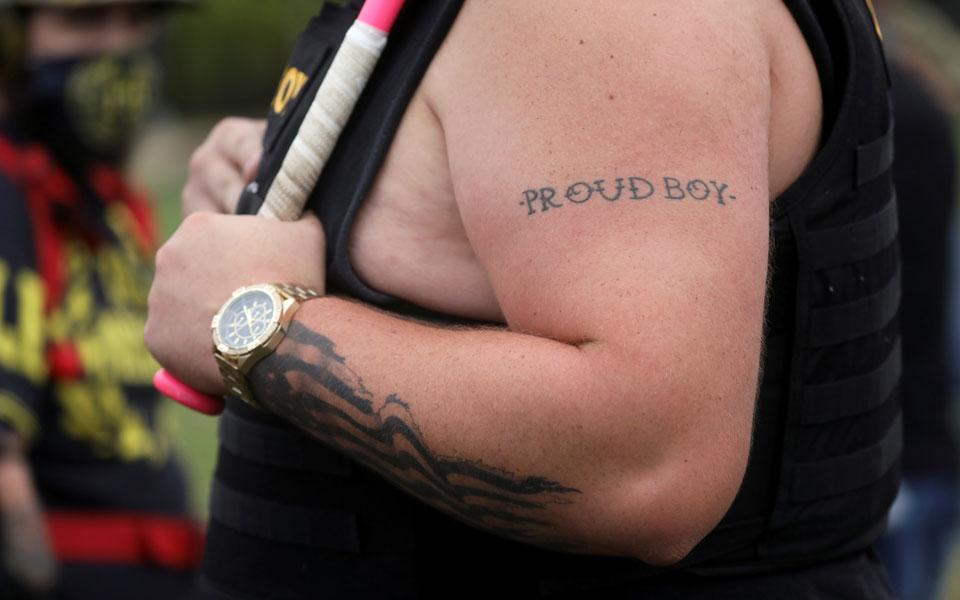 proud-boys-poia-einai-i-akrodexia-omada-poy-epikalestike-o-tramp-vinteo2