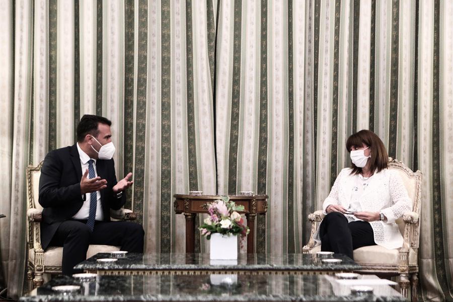Η Πρόεδρος της Δημοκρατίας συνομιλεί με τον πρωθυπουργό της Βόρειας Μακεδονίας (φωτό ΑΠΕ/ΜΠΕ).