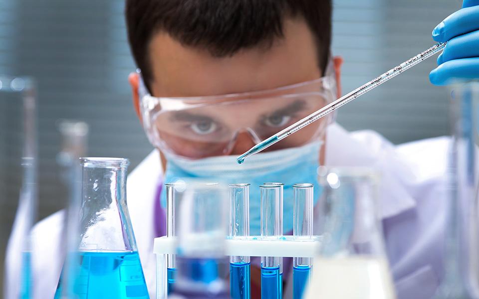 H πρόταση των παγκοσμίου κύρους πανεπιστημιακών είναι η ελληνική κυβέρνηση να χρηματοδοτήσει με 50 εκατ. ευρώ –και για πέντε χρόνια– κατόπιν αξιολόγησης, 150 ερευνητές, επικεφαλής επιστημονικών ομάδων. (Φωτ. SHUTTERSTOCK)