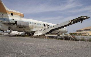 Εγκαταλελειμμένο αεροπλάνο στο ερημωμένο αεροδρόμιο της Λευκωσίας μετά την τουρκική εισβολή του 1974. (Φωτ.SHUTTERSTOCK)