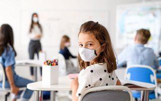 Στα δημόσια σχολεία υπάρχουν δάσκαλοι που τηρούν με ευλάβεια τα μέτρα, υπάρχουν και δάσκαλοι που όπως εν μέσω καραντίνας επέλεξαν να μην προσφέρουν τη δυνατότητα εξ αποστάσεως διδασκαλίας, έτσι και τώρα επιλέγουν να μη φορέσουν μάσκα μέσα στην τάξη. (Φωτ. SHUTTERSTOCK)