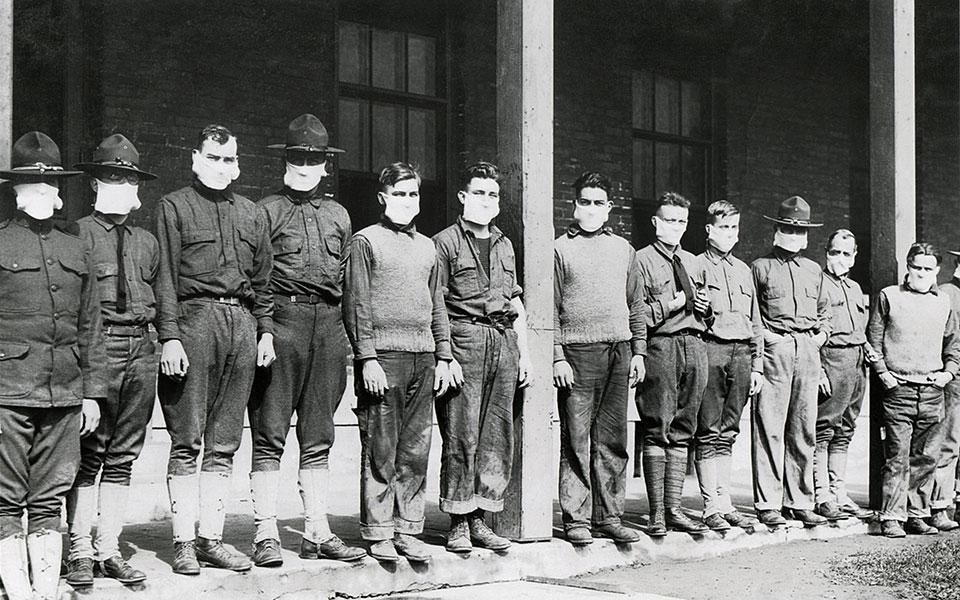 Στρατιωτικοί γιατροί σε αμερικανικό νοσοκομείο, στην κορύφωση της πανδημίας της ισπανικής γρίπης, 19 Νοεμβρίου του 1918. Απαραίτητη η χρήση της μάσκας, τότε και τώρα. (Φωτ. SHUTTERSTOCK)