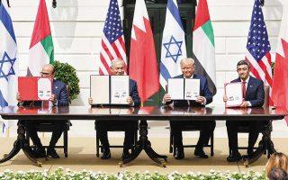 O υπουργός Εξωτερικών του Μπαχρέιν Αλ Χαλίφα, ο πρωθυπουργός του Ισραήλ Νετανιάχου και ο υπουργός Εξωτερικών των ΗΑΕ Αλ Νάχιαν (δεξιά) στην τελετή υπογραφής της συμφωνίας παρουσία του Αμερικανού προέδρου Τραμπ. Φωτ. ΕPA
