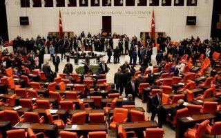 Mέχρι στιγμής, 44 βουλευτές και εργαζόμενοι στο τουρκικό Κοινοβούλιο έχουν μολυνθεί από τον ιό.