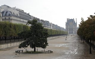Απογευματινό περίπατο απόλαυσαν χθες οι λιγοστοί διαβάτες στον Κήπο του Κεραμεικού, στο Παρίσι. Η ραγδαία αύξηση των κρουσμάτων στη Γαλλία και η ασφυκτική πίεση στο σύστημα υγείας οδήγησαν τον πρόεδρο Μακρόν να κηρύξει τη χώρα σε κατάσταση εκτάκτου υγειονομικής ανάγκης, επιβάλλοντας απαγόρευση κυκλοφορίας στην Πόλη του Φωτός και σε άλλα οκτώ αστικά κέντρα, από τις 21.00 έως τις 06.00, επί τουλάχιστον τέσσερις εβδομάδες (φωτ. A.P. Photo / Lewis Joly).