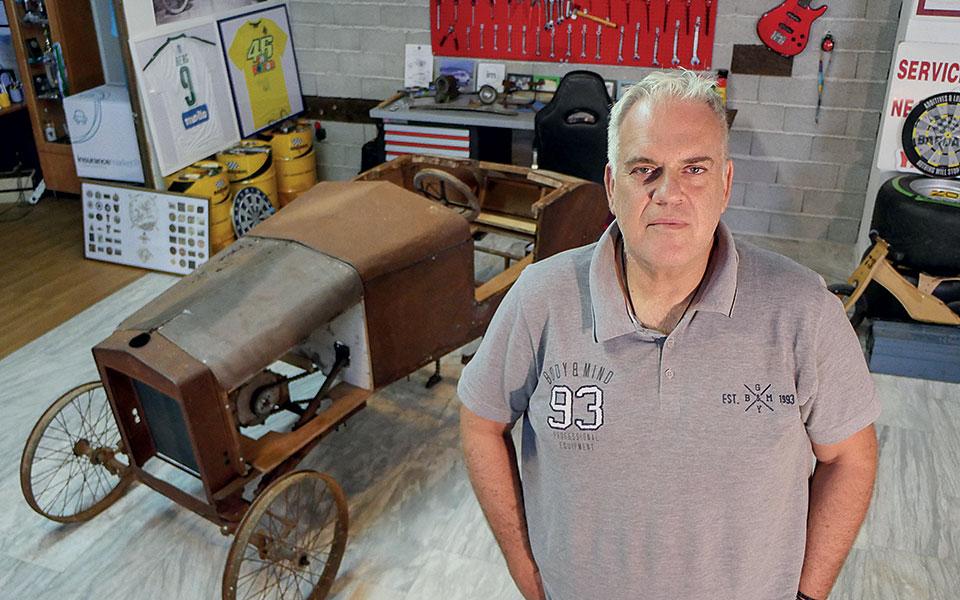 Ο αρχιτέκτονας Νίκος Θεολόγος, υπερήφανος εγγονός του ανθρώπου που κατασκεύασε το πρώτο αυτοκίνητο made in Greece.