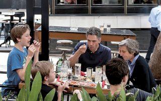 Στις περιοχές που βρίσκονται στο «πορτοκαλί» θα επιτρέπεται να καθίσουν στο ίδιο τραπέζι έως έξι άτομα, υπό την προϋπόθεση ότι συνδέονται με συγγένεια α΄ βαθμού.