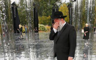 Στιγμιότυπο από την τελετή ανέγερσης μνημείου στο Μπάμπι Γιαρ, βόρεια του Κιέβου. Χιλιάδες Εβραίοι τον Σεπτέμβριο του 1941 έπεσαν εκεί θύματα της ναζιστικής θηριωδίας REUTERS/Gleb Garanich