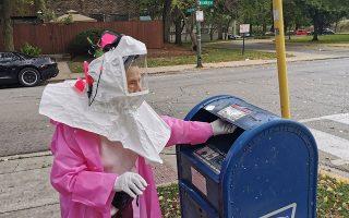 Η Μπεατρίς Λάμπκιν (Beatrice Lumpkin), 102 ετών και πρώην δασκάλα, ψηφίζει δια αλληλογραφίας στο Σικάγο την 1η Οκτωβρίου/ Soren Kyale - Chicago Teachers Union via REUTERS