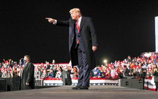 «Σε αυτές τις εκλογές, καλείστε να επιλέξετε ανάμεσα στη σούπερ ανάκαμψη του Τραμπ και στην οικονομική κρίση του Μπάιντεν», δήλωσε ο Αμερικανός πρόεδρος κατά τη διάρκεια προεκλογικής συγκέντρωσης στην Πενσιλβάνια (φωτ. REUTERS).