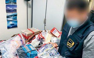 Οι γαλλικές αστυνομικές αρχές κατάσχεσαν 1.125 φιαλίδια και 4.615 δισκία απαγορευμένων ουσιών, καθώς και τρία κιλά πρώτης ύλης παραγωγής αναβολικών αξίας 150.000 ευρώ.