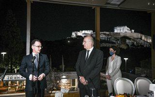 Ο υπουργός Εξωτερικών Νίκος Δένδιας με τον Γερμανό ομόλογό του Χάικο Μάας, λίγο πριν από το δείπνο εργασίας, με φόντο τη φωτισμένη Ακρόπολη (φωτ. ΜΙΧΑΛΗΣ ΚΑΡΑΓΙΑΝΝΗΣ).