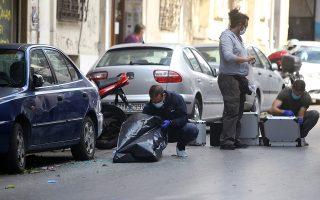 Βεντέτα ανάμεσα σε δύο οικογένειες Ρομά, με έδρα η μία στο Μαρκόπουλο και η άλλη στο Κορωπί, βρίσκεται, σύμφωνα με την αστυνομία, πίσω από την αιματηρή συμπλοκή με πυροβολισμούς χθες το μεσημέρι στη συμβολή των οδών Κωνσταντινουπόλεως και Αγίου Μελετίου, κοντά στο κέντρο της Αθήνας. Ενας διερχόμενος χτυπήθηκε στο πόδι από βολίδα, ενώ δύο αστυνομικοί που συμμετείχαν στις έρευνες για τους δράστες τραυματίστηκαν όταν ανετράπη η μοτοσικλέτα τους (φωτ. INTIME NEWS / ΣΤΕΦΑΝΟΥ ΣΤΕΛΙΟΣ).
