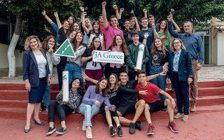 Η 25μελής ομάδα της Ecowave, πλαισιωμένη από τις καθηγήτριες Μαρία Δαμαλή και Ειρήνη Χάψαλη  και τον διευθυντή του Αριστοτελείου Κολλεγίου Δημήτρη Γκροζούδη. (Φωτογραφίες: Αλέξανδρος Αβραμίδης)