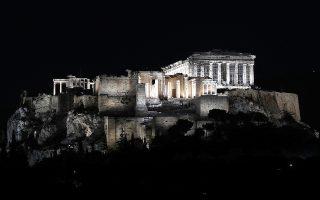 Με σαφώς διαφορετική προσέγγιση, που προκαλεί ευρύτερες συζητήσεις, αποκαλύφθηκε χθες το βράδυ ο νέος φωτισμός της Ακρόπολης. Η «Κ», επιχειρώντας να «φωτίσει» το νέο εγχείρημα, φιλοξενεί τις απόψεις του διευθυντή του Μουσείου Κυκλαδικής Τέχνης Νίκου Σταμπολίδη, του διευθυντή του Μουσείου της Πόλεως των Αθηνών Στέφανου Καβαλλιεράκη, του σκηνογράφου Γιάννη Μετζικώφ, και του αρχιτέκτονα μηχανικού Βασίλη Ντόβρου.