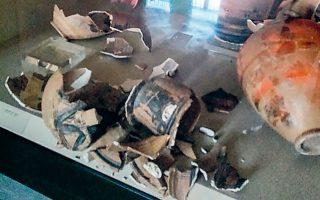 Μεγάλες είναι οι ζημιές στην έκθεση των αγγείων στο Αρχαιολογικό Μουσείο Πυθαγορείου στη Σάμο.