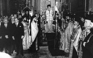 12.1.1974. Ο Αρχιεπίσκοπος Σεραφείμ (η φωτ. από την ορκωμοσία του στις 12.1.1974) στα 24 χρόνια της θητείας του όρκισε έξι Προέδρους της Δημοκρατίας και 13 πρωθυπουργούς. Στο Σύνταγμα του 1975 επαναλαμβάνεται ο στερεότυπος χαρακτηρισμός της Ορθόδοξης Εκκλησίας ως «επικρατούσας θρησκείας».
