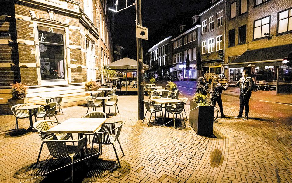 Νέο ρεκόρ κατέρριψαν και τα ημερήσια κρούσματα στην Ολλανδία, με αποτέλεσμα η κυβέρνηση να επιβάλει, ήδη από την αρχή της εβδομάδας, καινούργια δέσμη μέτρων (φωτ. EPA).