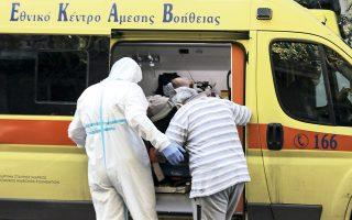 Επιχείρηση διακομιδής των φιλοξενουμένων του γηροκομείου με υποκείμενα νοσήματα σε νοσοκομεία αναφοράς, χθες το πρωί.