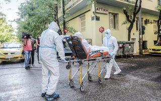 Στο επίκεντρο της προσοχής των ειδικών ο οίκος ευγηρίας στην περιοχή του Αγίου Παντελεήμονα, όπου εντοπίσθηκαν 40 κρούσματα. Οι ηλικιωμένοι με υποκείμενα νοσήματα μεταφέρθηκαν σε νοσοκομεία αναφοράς (φωτ. INTIME NEWS / ΛΙΑΚΟΣ ΓΙΑΝΝΗΣ).