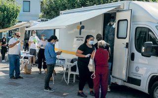 Κινητή μονάδα του ΕΟΔΥ πραγματοποιεί τεστ στο Ιλιον. Χθες ανακοινώθηκαν 460 νέα επιβεβαιωμένα κρούσματα του κορωνοϊού στη χώρα (φωτ. INTIME NEWS).