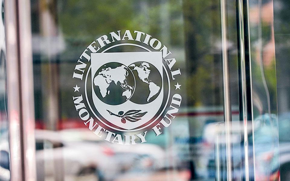Η στάση του ΔΝΤ προκαλεί εντύπωση, καθώς τα προηγούμενα μνημονιακά χρόνια είχε ταυτισθεί με τις αυστηρές δημοσιονομικές πολιτικές, παρότι είναι γεγονός ότι τα υψηλά πρωτογενή πλεονάσματα ήταν κυρίως ευρωπαϊκή απαίτηση λόγω υψηλού χρέους.