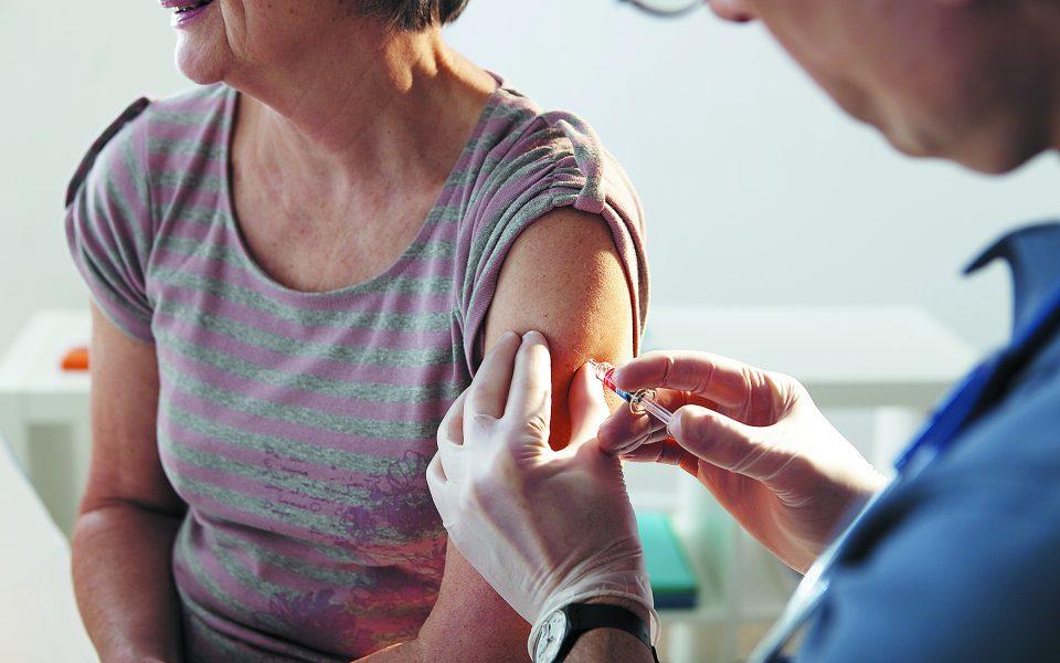 Οι συστάσεις των ειδικών είναι ο αντιγριπικός εμβολιασμός να γίνει μεταξύ 15 Οκτωβρίου και 15 Δεκεμβρίου και να δοθεί απόλυτη προτεραιότητα στα άτομα που ανήκουν στις ομάδες υψηλού κινδύνου για σοβαρή νόσηση. Φωτ. SHUTTERSTOCK