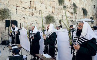 Παρά τις προειδοποιήσεις, οι ορθόδοξοι Εβραίοι επιμένουν να τηρούν τις θρησκευτικές τους γιορτές και παραδόσεις χωρίς τα αναγκαία μέτρα προστασίας (φωτ. EPA).
