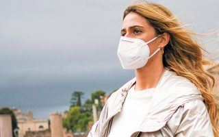 H Ιταλία εξετάζει το ενδεχόμενο επιβολής της χρήσης μάσκας παντού, ακόμη και σε εξωτερικούς χώρους (φωτ. A.P.).