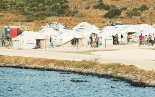 Πηγές του υπουργείου Μετανάστευσης τόνιζαν χθες ότι οι συγκεκριμένοι άνθρωποι δεν εκπροσωπούν κάποια ΜΚΟ που δραστηριοποιείται στην Ελλάδα και δεν έχουν δικαίωμα να εισέλθουν στο ΚΥΤ (φωτ. INTIME NEWS).