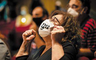 Η Μάγδα Φύσσα υψώνει τις γροθιές της, αμέσως μετά την ανακοίνωση της απόφασης του δικαστηρίου (φωτ. A.P. Photo / Petros Giannakouris).