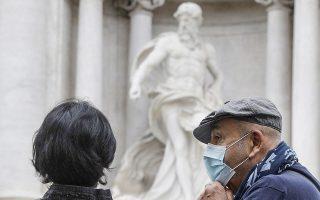 Την καθολική χρήση μάσκας στους εξωτερικούς χώρους όλης της χώρας επέβαλε χθες η ιταλική κυβέρνηση (φωτ. A.P.).