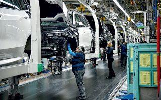 Η πανδημία του κορωνοϊού ήλθε να προστεθεί στην ήδη δύσκολη θέση στην οποία έχουν περιέλθει κολοσσοί της γερμανικής αυτοκινητοβιομηχανίας, αναζητώντας τον ιδανικό δρόμο μετάβασης από τους συμβατικούς κινητήρες εσωτερικής καύσεως στην ηλεκτροκίνηση με τις πολυάριθμες εκδοχές της (φωτ. Reuters).