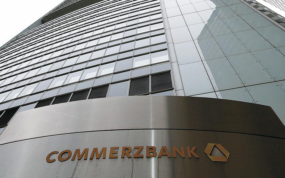 Η Commerzbank πούλησε ομόλογα για να ενισχύσει την κεφαλαιακή της επάρκεια και προεξοφλεί κύμα πτωχεύσεων στον κλάδο, ενώ η ΒΝΡ Paribas έχει προειδοποιήσει για την έκταση της έκθεσής της σε χειμαζόμενους κλάδους, όπως αυτοί των αεροπορικών εταιρειών και του τουρισμού.