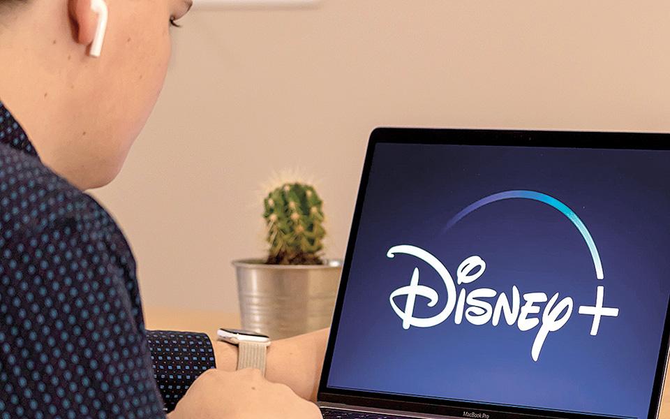 Η έναρξη λειτουργίας της υπηρεσίας streaming Disney+ στα τέλη του 2019, με πρόβλεψη για 60 έως 90 εκατομμύρια συνδρομητές μέχρι το 2024, έφτασε τα 60,5 εκατομμύρια στις αρχές Αυγούστου 2020, κάτι που δεν θα γινόταν εάν δεν είχε εμφανιστεί η πανδημία (φωτ. Shutterstock).