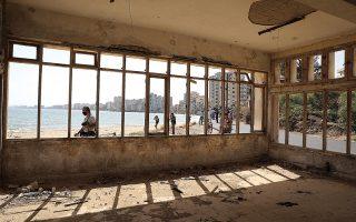 Κατά παράβασιν των σχετικών ψηφισμάτων του Συμβουλίου Ασφαλείας του ΟΗΕ, ο παραλιακός δρόμος των Βαρωσίων, στην περίκλειστη πόλη της Αμμοχώστου, άνοιξε με απόφαση του Ρετζέπ Ταγίπ Ερντογάν και στόχο το πολιτικό παιχνίδι εντός Τουρκίας, αλλά και στα Κατεχόμενα (φωτ. REUTERS / Harun Ucar).
