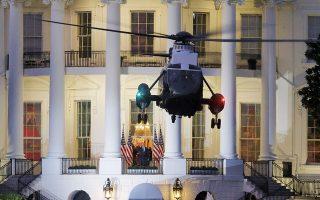 Χολιγουντιανής σκηνοθεσίας η επιστροφή του Ντόναλντ Τραμπ (διακρίνεται στο μέσον της φωτογραφίας) από το νοσοκομείο στον Λευκό Οίκο. (Φωτ. REUTERS / Carlos Barria)