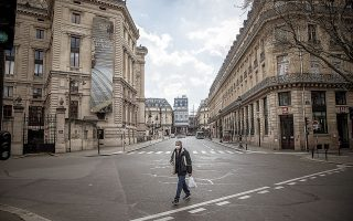 Το έρημο κέντρο του Παρισιού κατά τη διάρκεια της μεγάλης καραντίνας την περασμένη άνοιξη. Οι κυβερνήσεις θέλουν να αποτρέψουν την ανάγκη εκ νέου καταφυγής σε τόσο σκληρά μέτρα. Ολα θα κριθούν από την πορεία των κρουσμάτων τις προσεχείς εβδομάδες. (Φωτ. EPA / CHRISTOPHE PETIT TESSON)