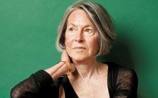 Η Σουηδική Ακαδημία επέλεξε την Αμερικανίδα ποιήτρια Λουίζ Γκλικ, «για την απαραγνώριστη ποιητική φωνή της, που με τη λιτή της ομορφιά καθιστά την ατομική εμπειρία οικουμενική».